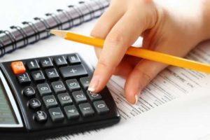 Fazendo contas na calculadora 300x200 - ベラジョンカジノの勝ち方を伝授!オンラインカジノで稼ぐための賭け方、必勝攻略法を紹介